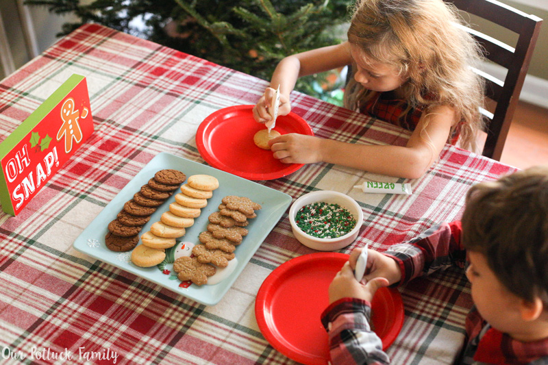 kids-decorate-cookies