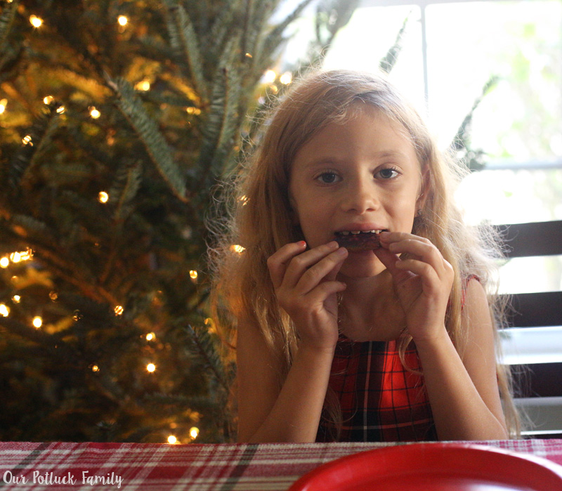 lydia-eats-cookie